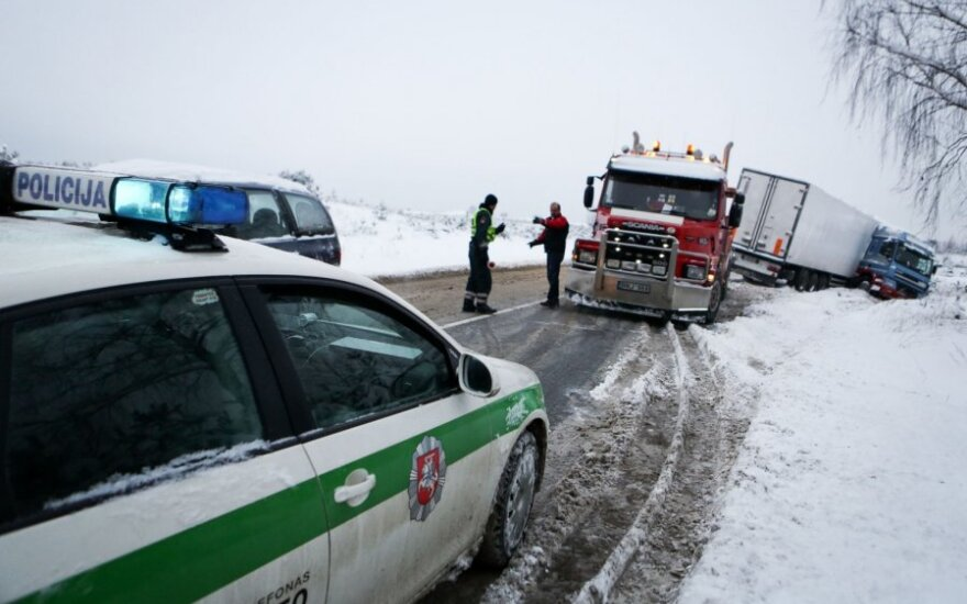 На дороге Вильнюс-Мариямполе в аварию попал тягач