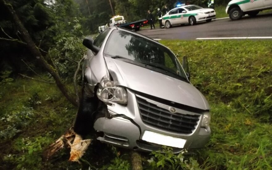 У дороги обнаружен перевернувшийся автомобиль и погибшая женщина