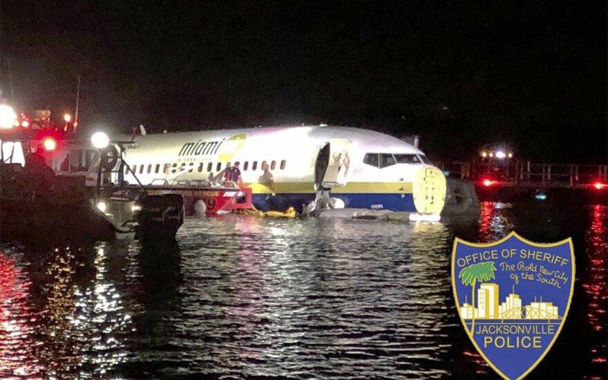 ФОТО: летевший из Гуантанамо пассажирский Boeing съехал в реку во Флориде