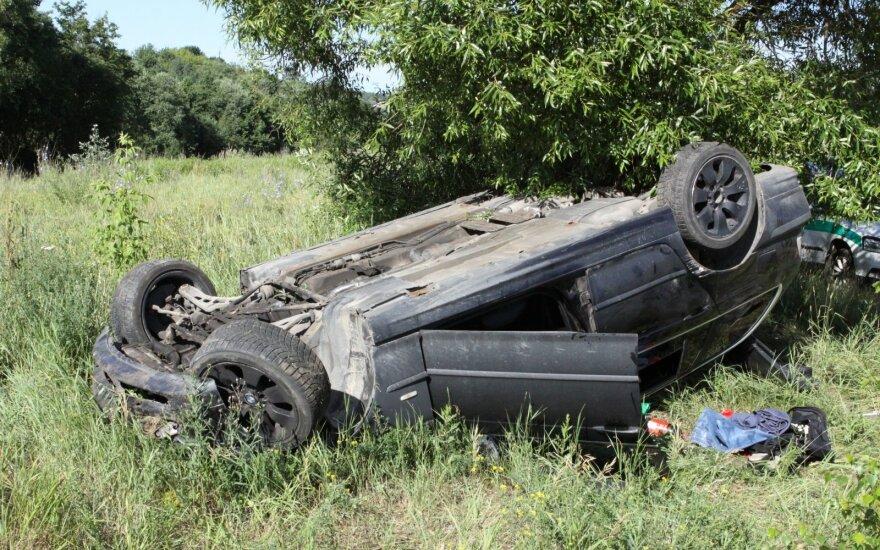 Возле Вильнюса BMW сбил знак, съехал в кювет и перевернулся