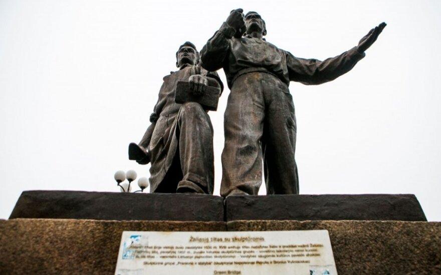 Sowieckie rzeźby na Zielonym moście mogą zabić