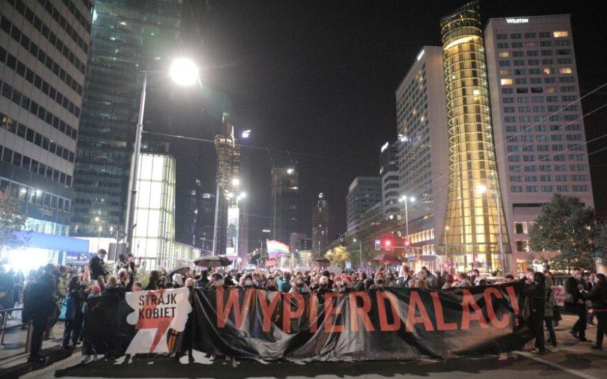 Lenkijoje po KT sprendimo protestuotojai išėjo į gatves