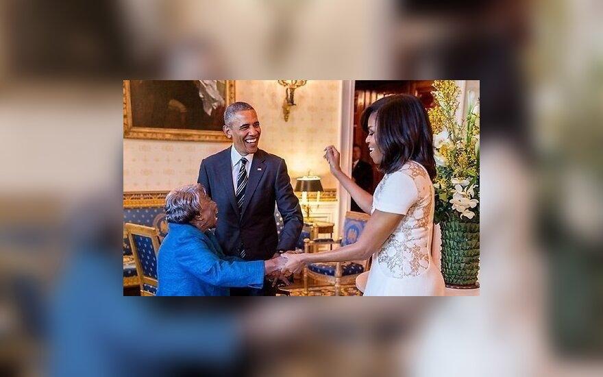 ВИДЕО: Барак и Мишель Обама станцевали со 106-летней женщиной
