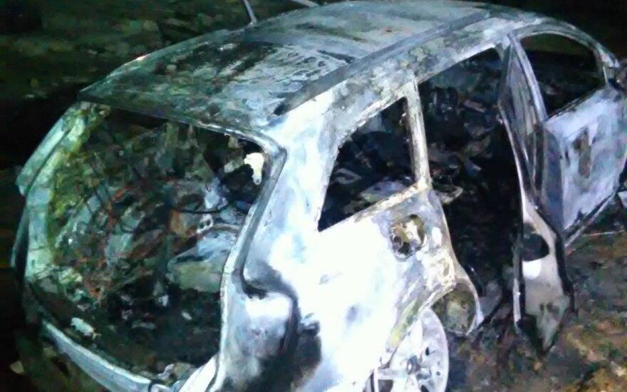 Выпад в Пренайском районе: ночью выбили окна в усадьбе и сожгли автомобиль Audi Q7