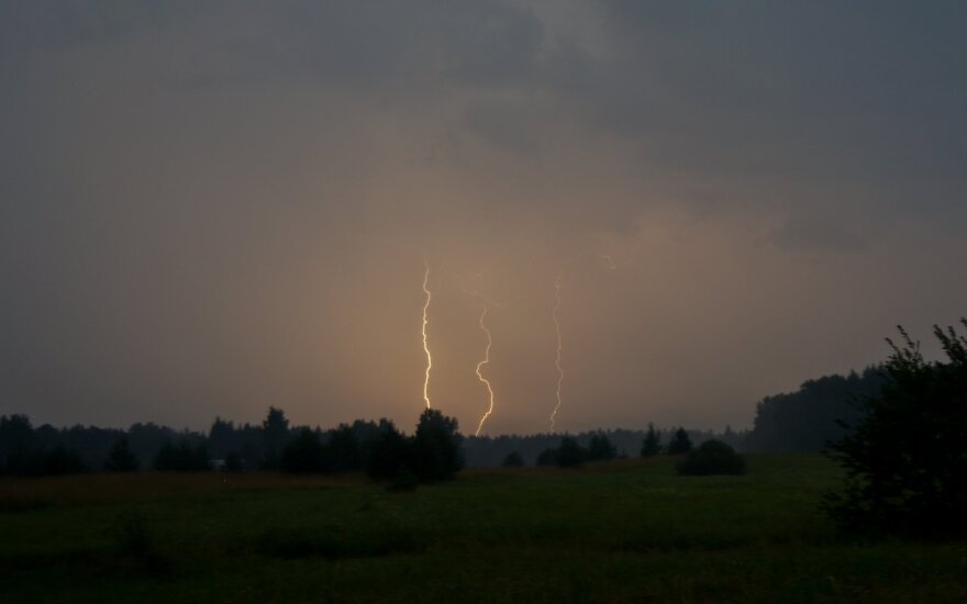 Над Литвой – новый мощный циклон: разбушуются сильные ветра и дожди, похолодает ещё больше