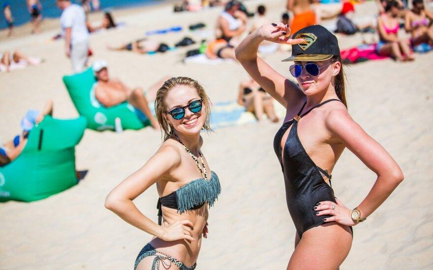 В Палангу съехались тысячи отдыхающих: на пляже яблоку негде упасть