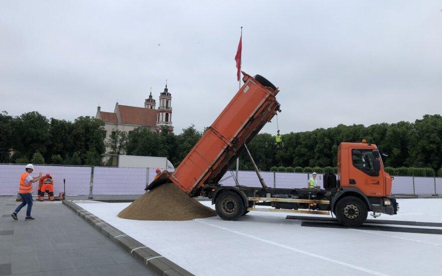 Депутаты призывают остановить оборудование пляжа на Лукишкской площади