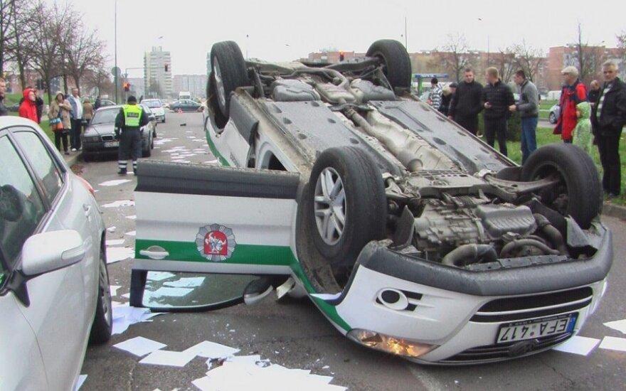 """""""Гонки по горизонтали"""": в Клайпеде полицейский автомобиль на крыше проехал 50м"""