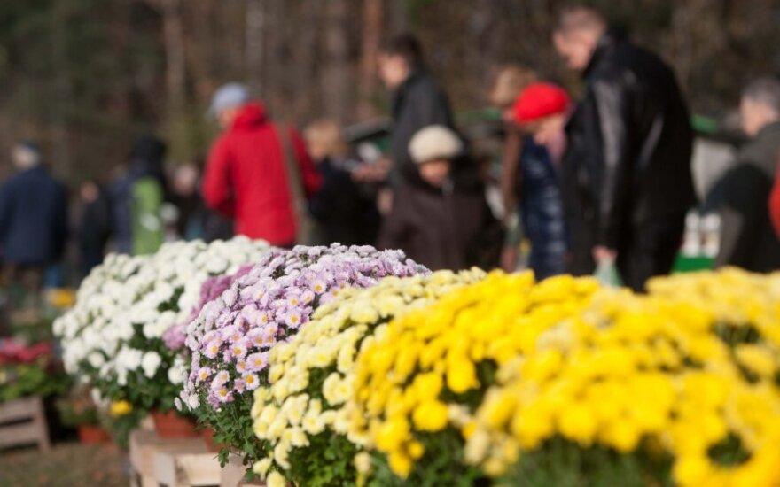 В День Всех Святых вильнюсские кладбища посетило множество людей