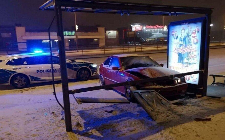 BMW снес остановку, на этот раз в Клайпеде