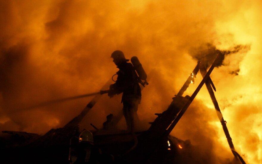 В престижном районе Вильнюса горел дом, люди прыгали в окна