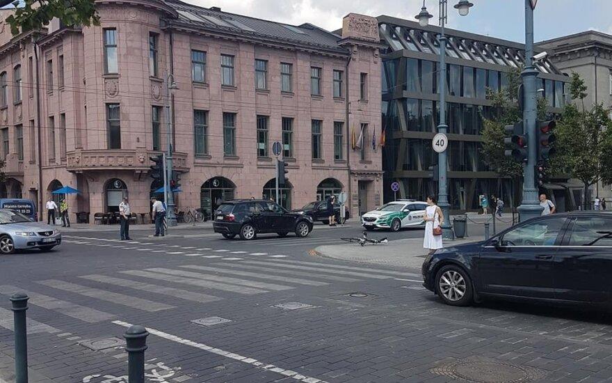 В центре Вильнюса столкнулись BMW и велосипед, пострадал молодой человек