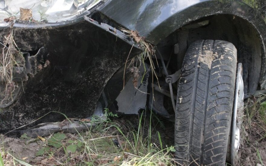 В субботу утром в Вильнюсе с дороги съехал и врезался в дерево автомобиль