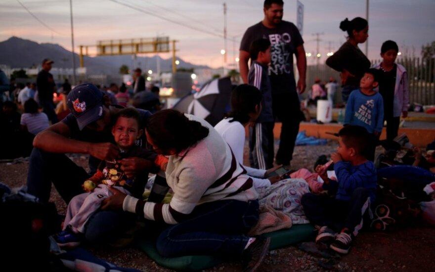 Migrantai JAV-Meksikos pasienyje