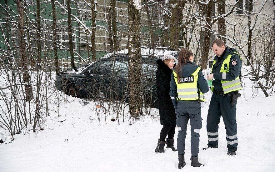 В Вильнюсе с дороги съехал автомобиль