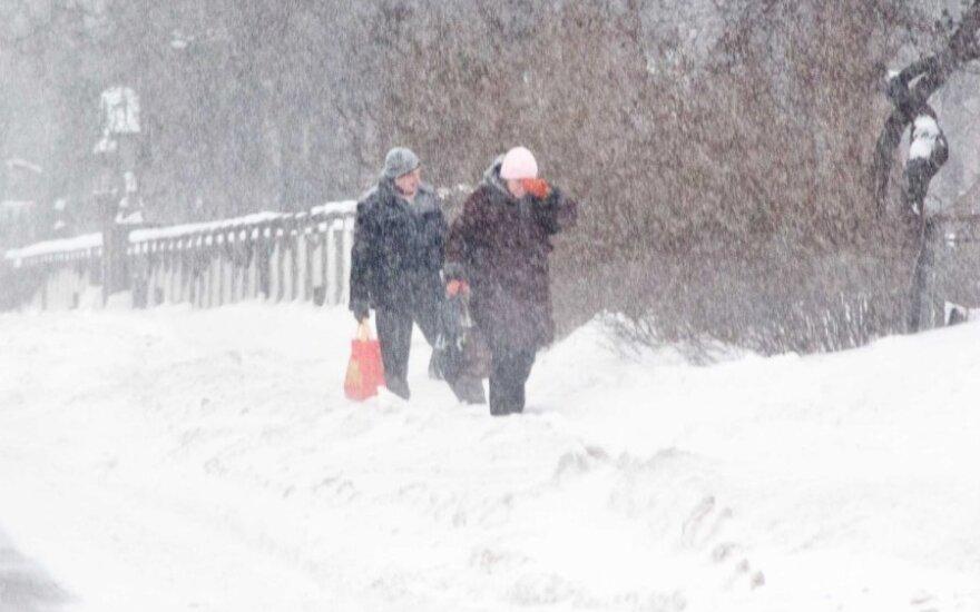 """Россия: бабушки на снегу решили оставить """"снежных бабочек"""""""