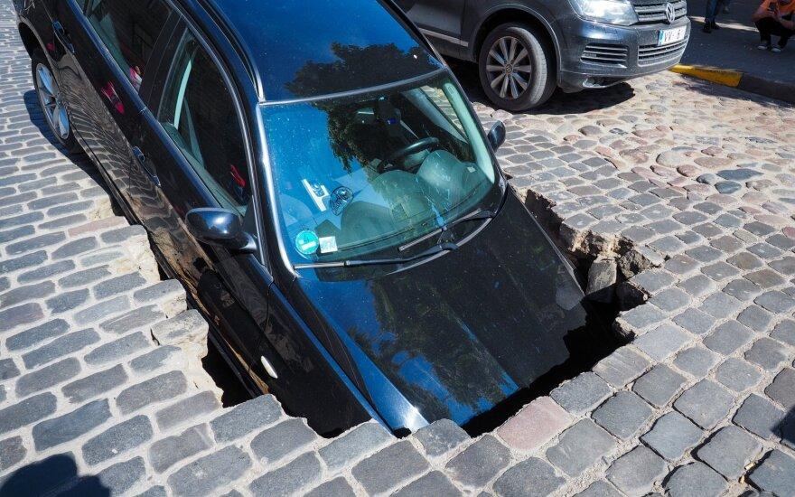 В центре Риги в яму провалился автомобиль BMW