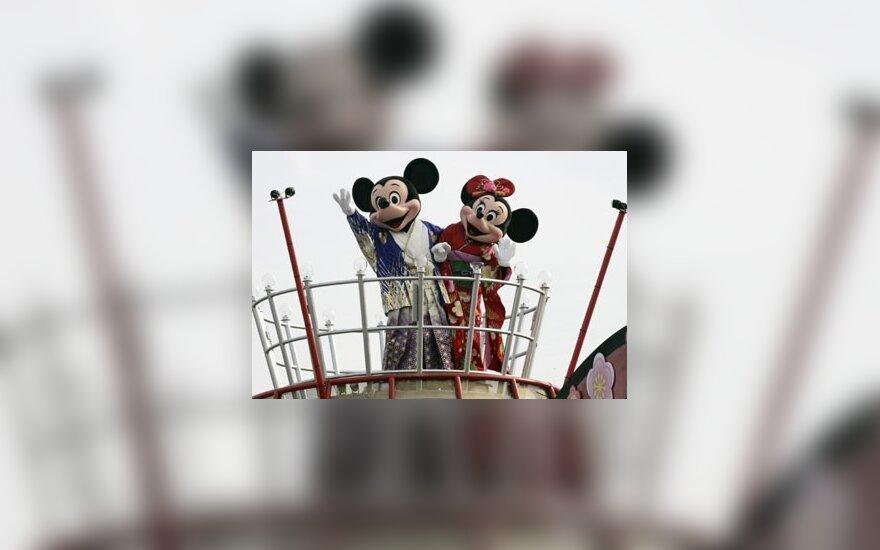 """Walto Disney'aus sukurti personažai Mikis Mauzas ir Mini, pasipuošę kimono, sveikina minią Naujųjų metų parade Tokijaus """"Disneilende""""."""