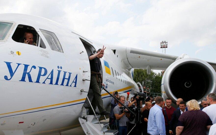 Rusijos ir Ukrainos lėktuvai paleidžiamus kalinius atskraidino į Maskvą ir Kijevą