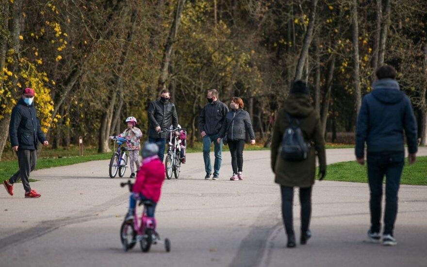 Жители Литвы расслабились: в парке Вингис много людей, немалая часть - без масок