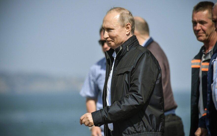 Vladimiras Putinas pervažiavo tiltu į aneksuotą Krymą