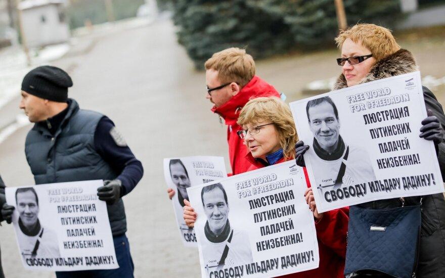 У посольства России в Вильнюсе - пикет против пыток активиста Ильдара Дадина