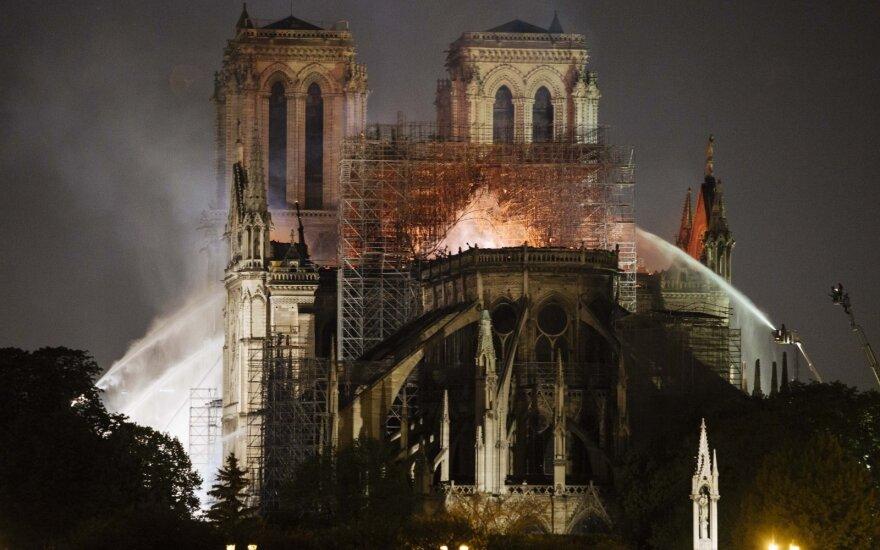 Ugniagesiai kovoja su gaisru Paryžiaus Švč. Dievo Motinos katedroje