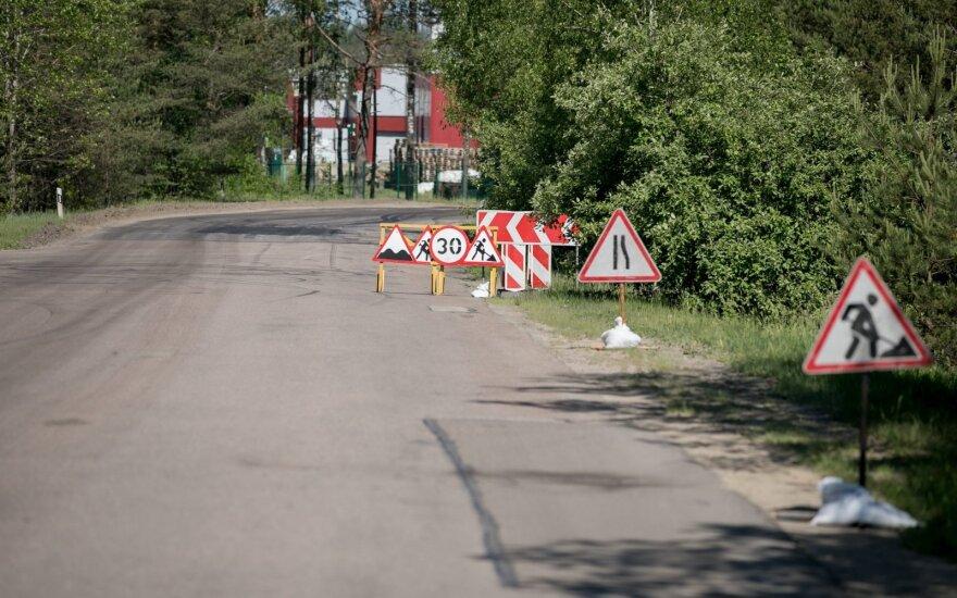 Дорожные работы - настоящий вызов для водителей: разъехаться не могут, а скорость сбавлять не хотят
