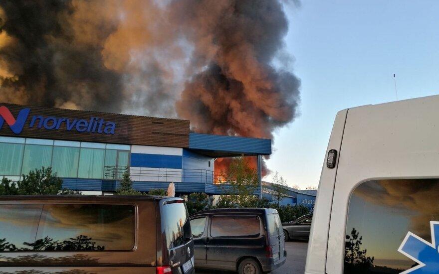 В Расейнском районе начался большой пожар – горит фабрика Norvelita