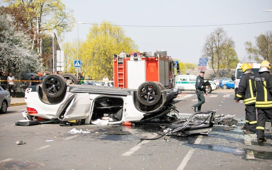 Видеокамера зафиксировала падение BMW из многоэтажной стоянки в Вильнюсе