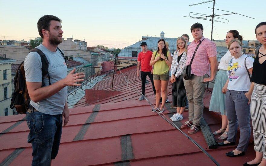 Sankt Peterburge turistai kviečiami pasivaikščioti stogais
