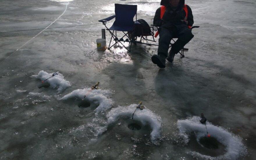 Hidrologai įspėja, kad jau artėjantį savaitgalį ant kai kurių Kuršių marių ledo vietų lipti bus pavojinga