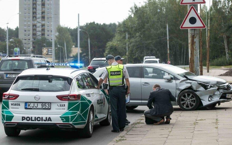 В Вильнюсе произошло ДТП, один автомобиль оказался на газоне, другой - на тротуаре