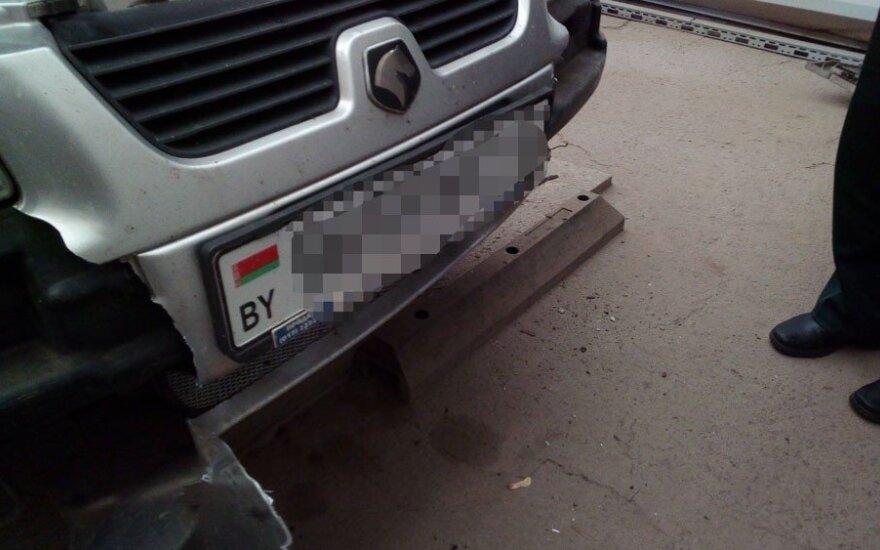 Литовские пограничники задержали редкий автомобиль с контрабандой