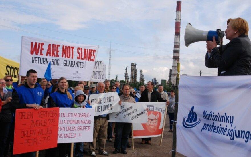 "Protest w Orlen Lietuva. ""We are not slaves. Return soc. guarantes"""