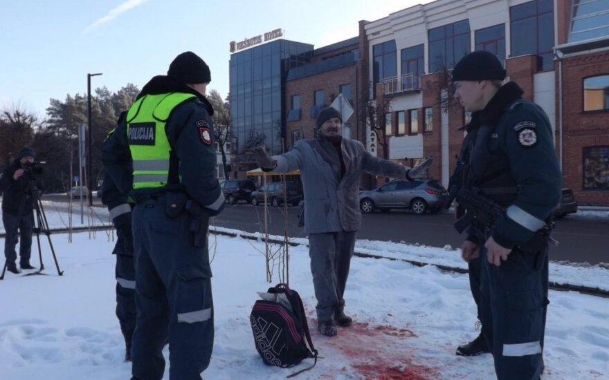 """Организатор """"кровавой"""" акции в Алитусе был доставлен в полицию"""