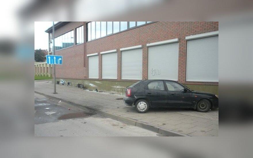 В Клайпеде в стену врезался автомобиль, погиб водитель