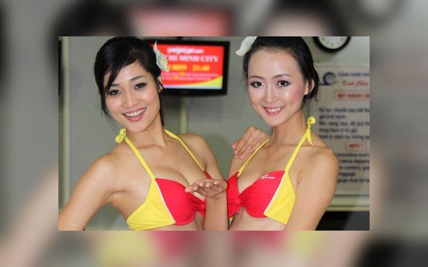 """Вьетнамские """"стюардессы"""" развлекли пассажиров танцем в бикини"""