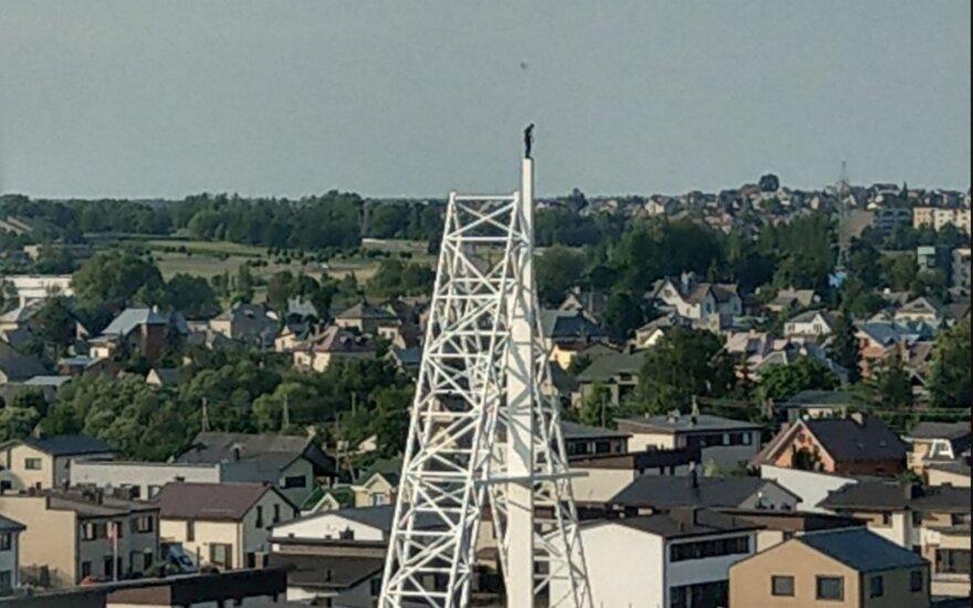 На самый высокий крест в Литве забрался человек