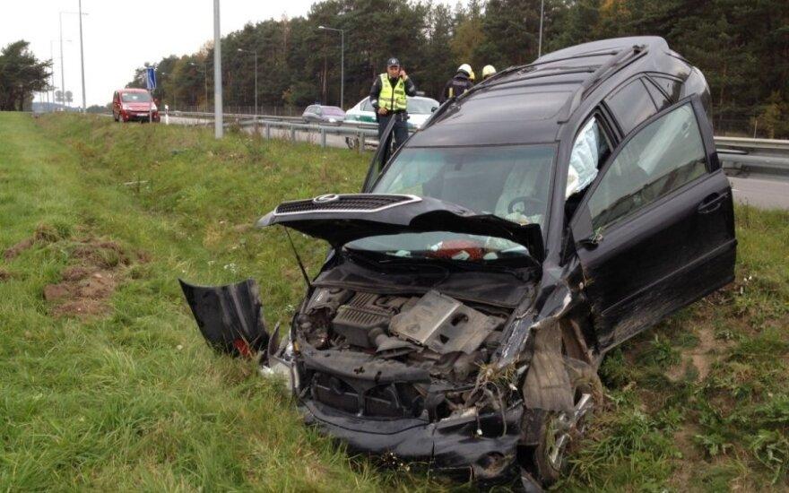 Недалеко от Григишкес с дороги съехал Lexus, водитель сбежал