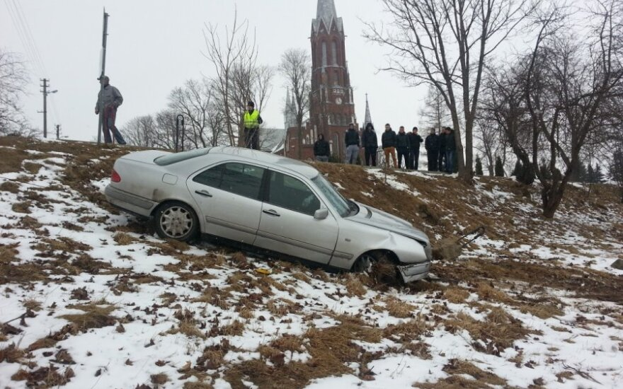 Пьяный водитель Mercedes не вписался в поворот