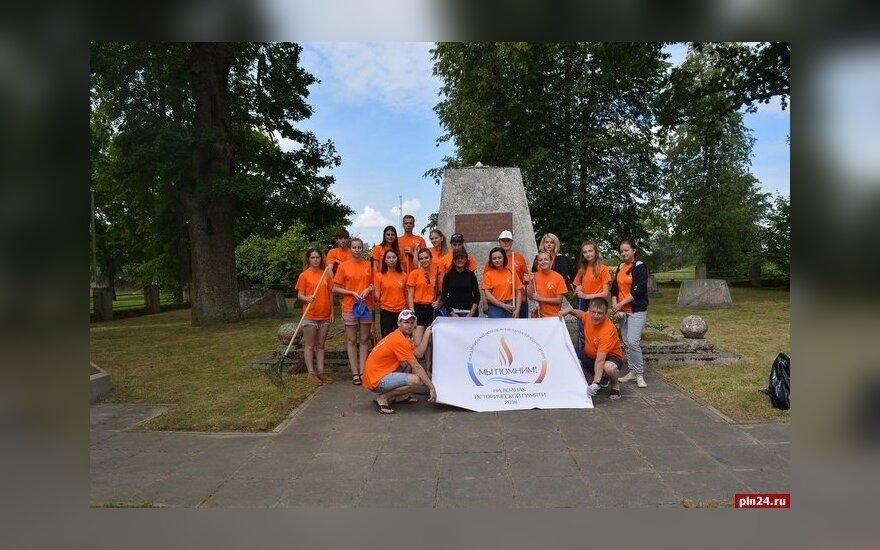 """Пока """"Миссия Сибирь"""" была в Казахстане, российские студенты приводили в порядок захоронения в Литве"""