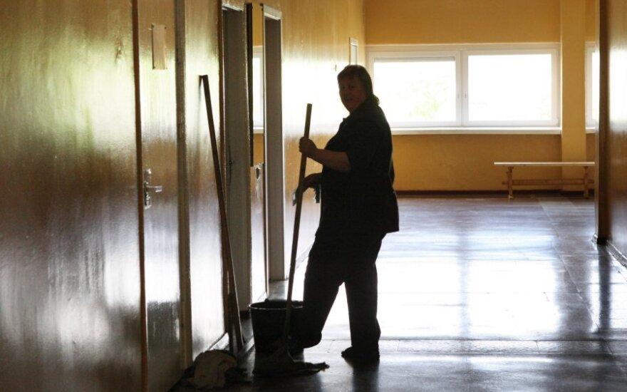 Уволенная из школы уборщица назвала ситуацию адом: директор все отрицает