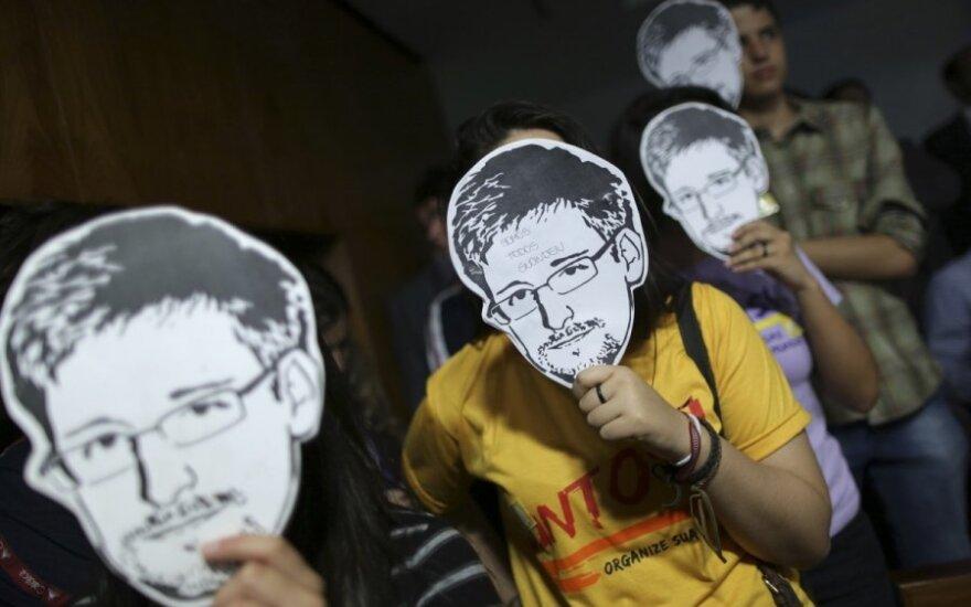 Žmonės su Edwardo Snowdeno kaukėmis