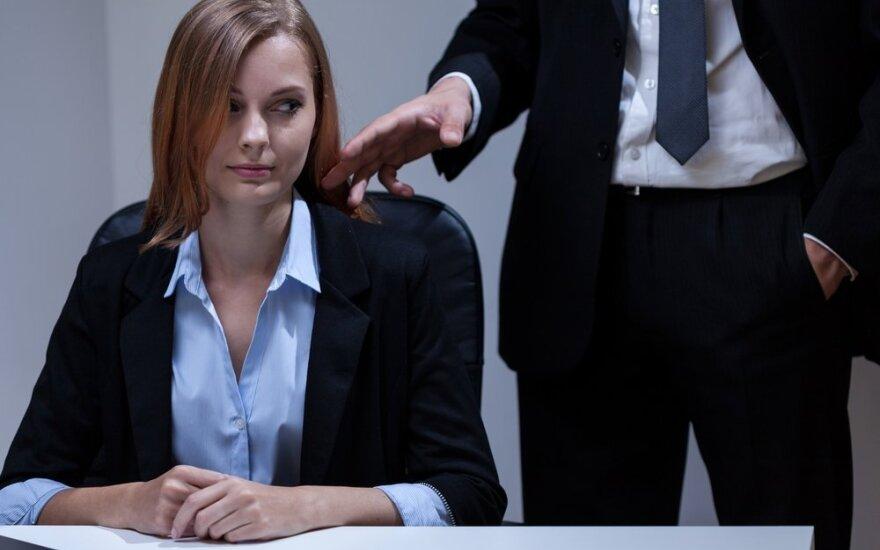 В Шяуляй менеджер уволен за то, что схватил коллегу за грудь