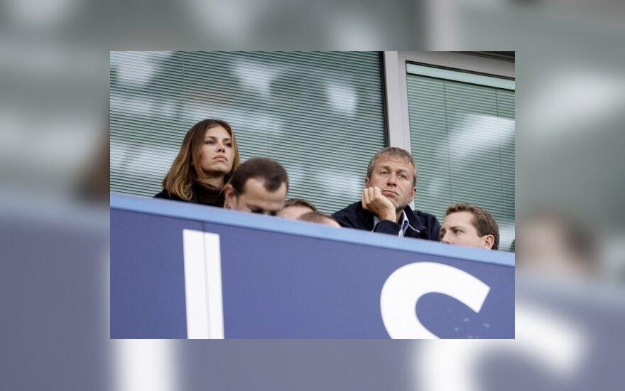 """Londono """"Chelsea"""" klubo savininkas Romanas Abramovičius su drauge Darija Žukova"""