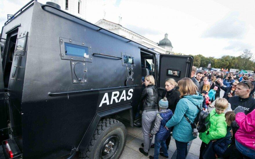 Литовская полиция организовала шоу кинологов, мотоакробатов, лошадей и бойцов Aras