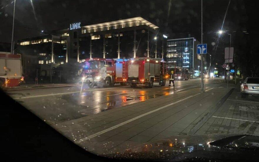 В Вильнюсе на подземной стоянке ТЦ Panorama загорелся автомобиль BMW