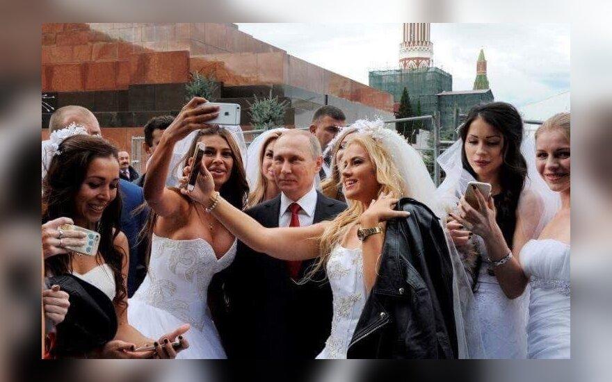 Путин на Красной площади сделал селфи в окружении невест