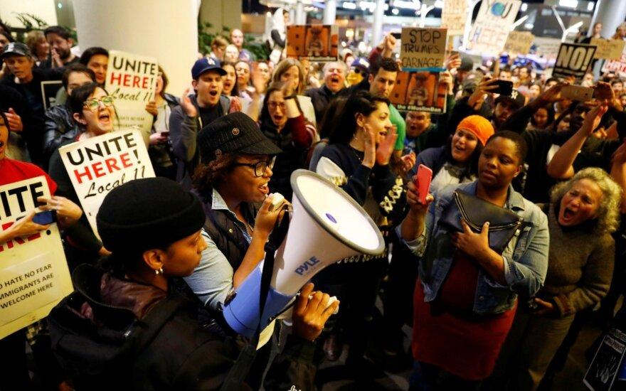 JAV teisėjo sprendimu laikinai pristabdyta imigrantų deportacija